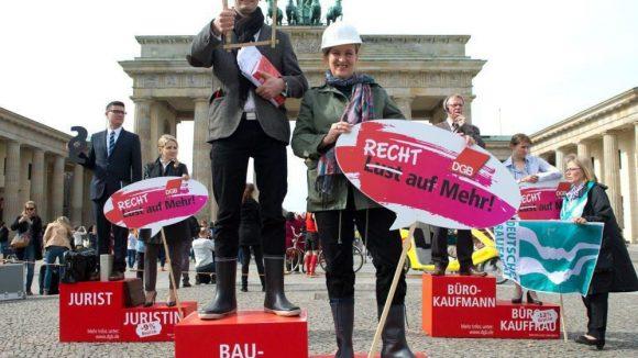 Im Jahr 2014 demonstrierten DGB, der Deutsche Frauenrat und der Sozialverband SoVD am Equal Pay Day vor dem Brandenburger Tor.