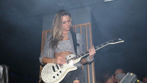 Fränzi Czurratis weihte live die Musikanlage des neuen Clubs ein.