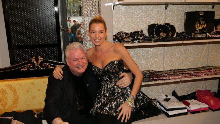 Glööcklers langjähriger Lebenspartner Dieter Schroth hat sich auch eine weibliche Begleitung gesucht: Giulia Siegel.