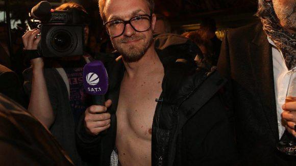 Um mit den Promis mithalten zu können, muss man sich schon was einfallen lassen. Reporter Philipp Hageni präsentiert kurzerhand seinen nackten Oberkörper.