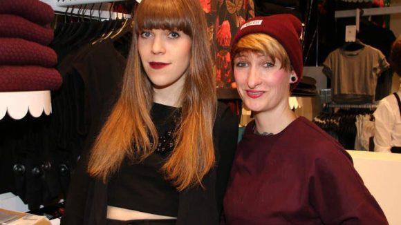 Storemanagerin Annika Lettau (links) neben ihrer Kollegin aus der Münzstraße Katja Steindel.