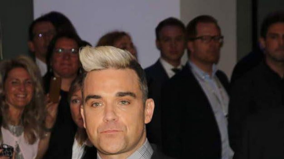 Los geht es mit dem Eyecatcher des Abends: Sänger Robbie Williams ...