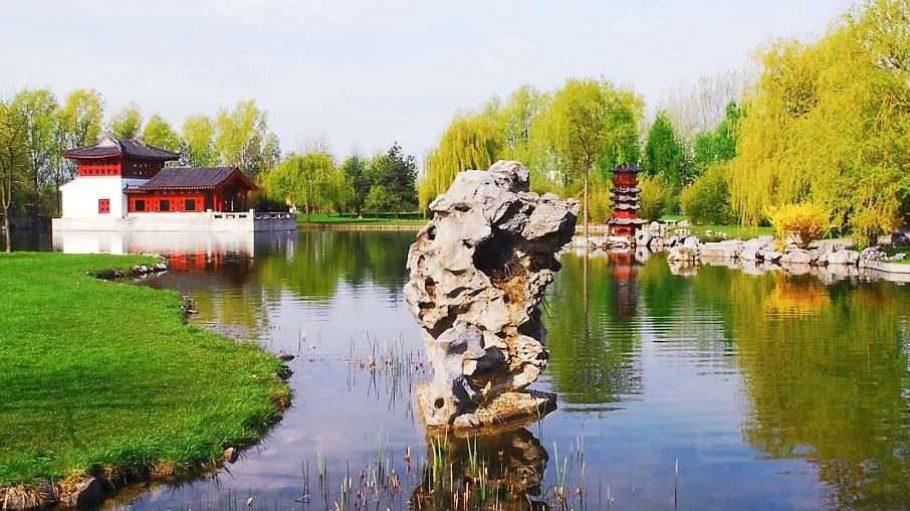 """Fernöstlich: Der Chinesische """"Garten des wiedergewonnenen Mondes"""" steht für die Wiedervereinigung der früher geteilten Stadt Berlin. Der Garten ist mit seinen 2,7 Hektar Fläche der größte Chinesische Garten Europas. Im Steinboot-Haus (im Bild hinten) kann man sich auch trauen lassen."""