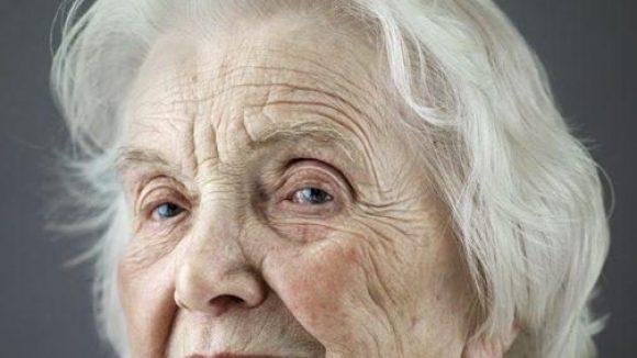 """Zu ihrem 100. Geburtstag wurde Erika Elitz vom Fotografen Karsten Thormaehlen für den Bildband """"Mit hundert hat man noch Träume"""" portraitiert."""
