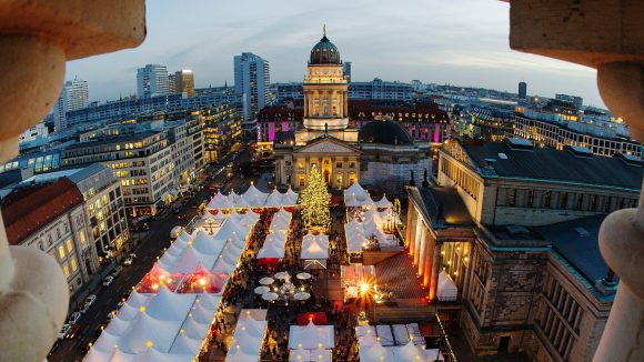 Dank der bezaubernden Atmosphäre am Gendarmenmarkt ist dieser Weihnachtsmarkt einer der beliebtesten Berlins.