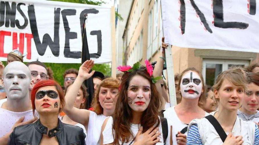 Studenten kämpfen für einen Neubau der Ernst Busch Schauspielschule. Nach einer erneuten Absage durch den Senat werfen sie dem Regierenden Bürgermeister Wortbruch vor.