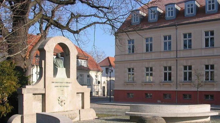 Des Denkmal für Landrat Ernst von Stubenrauch, den Planer des Teltowkanals steht in der Altstadt von Teltow.