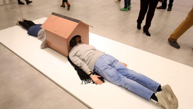 """Voller Körpereinsatz für die Kunst: In die """"Confessional (One Minute Sculpture)"""" von Erwin Wurm muss der Betrachter erst hinein, damit das Bild komplett ist."""