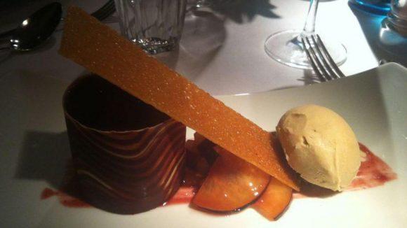 Kunstvoller Nachtisch: Pflaume, Krokant, Espressoeis.