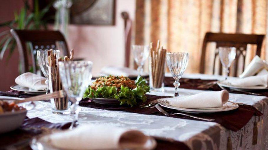 Die Betreiber eines Supper Clubs empfangen unbekannte Gäste zum Abendessen - häufig am eigenen Esstisch.