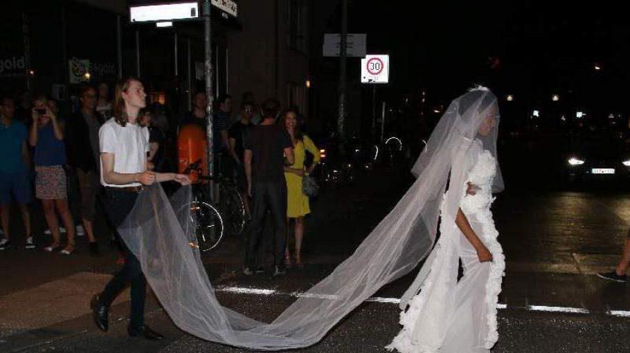 """Das erregt natürlich schon Aufmerksamkeit, wenn eine """"Braut"""" an der Schönhauser Allee mal so eben über die Kreuzung läuft."""