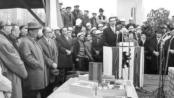 Der Unternehmen Karl Heinz Pepper hatte die Idee zum Europa-Center. Hier hält er eine Ansprache bei der Grundsteinlegung zum Bauvorhaben am 28. November 1963. Unter den Ehrengästen ist auch Willy Brandt (3. v.l.).