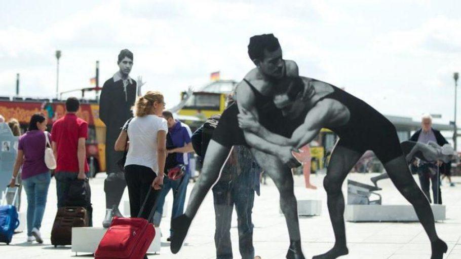 Auf die europäische Makkabiade stößt man in der ganzen Stadt. Zum Beispiel am Washingtonplatz vor dem Hauptbahnhof. Zur Open-Air-Ausstellung dort gehört auch dieses Konterfei der Ringer Julius und Hermann Baruch.