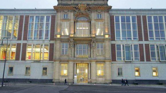 Vielseitig. Heute ist in dem Bau die European School of Management and Technology zu Hause. Auf dem Balkon in der Mitte der Vorderfront rief Karl Liebknecht 1918 die sozialistische Republik aus.