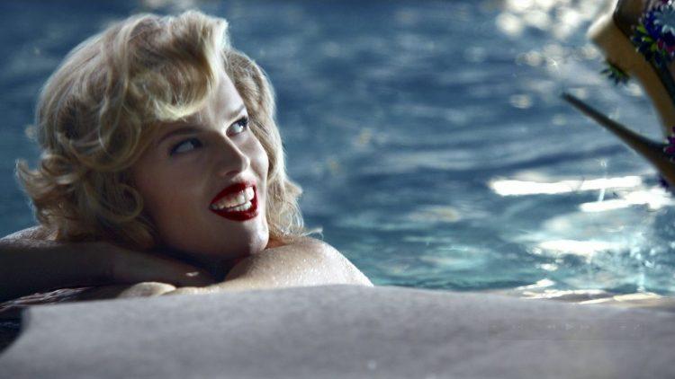 Schöne Kampagne: Das Topmodel Eva Herzigova nackt in Marilyn Monroe-Manier und mit Brian Atwood-Schuhen an den Füßen.