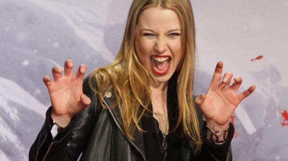 Auch die deutsche Schauspielerin Eva-Maria May probt die Hexen-Pose.