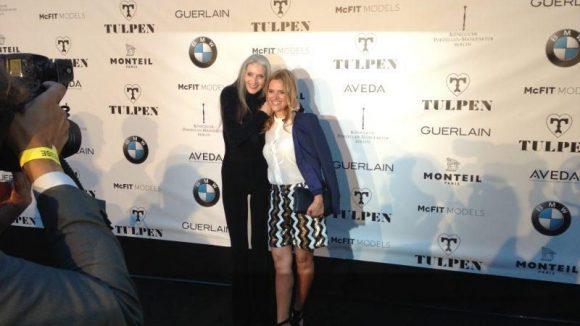 Model und Sängerin Eveline Hall war Liveact bei der Show von Tulpen Design und macht neben McFIT MODELS-Chefin Anja Tillack eine tolle Figur.