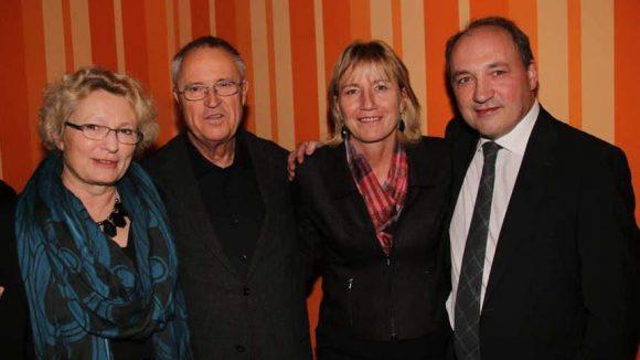Aber nicht nur die CDU war vertreten: Ex-Finanzminister Hans Eichel (2.v.l.. SPD) kam mit Ehefrau Gabriela Wolff-Eichel (l.), daneben SPD-Abgeordnete Karin Halsch sowie Volker Halsch (Head of Public Sector bei arvato).