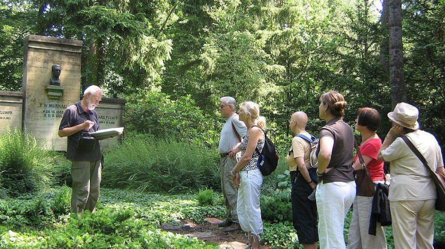 Diplom-Biologe Gunter Martin erzählt Exkursionsteilnehmern von der Geschichte des Südwest-Kirchhofs in Stahnsdorf. Der nächste Termin dort ist für Juni geplant.