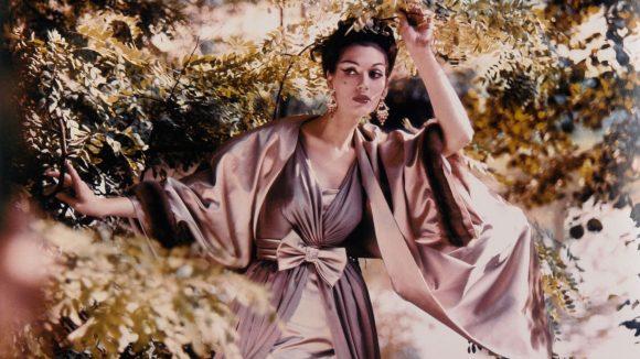 """Ein Ausschnitt aus der Modefotografie """"Wie im flirrenden Licht so im Glanz kristallener Lüster"""" von 1957 von F.C. Gundlach ist gerade in der Galerie CFA zu sehen."""