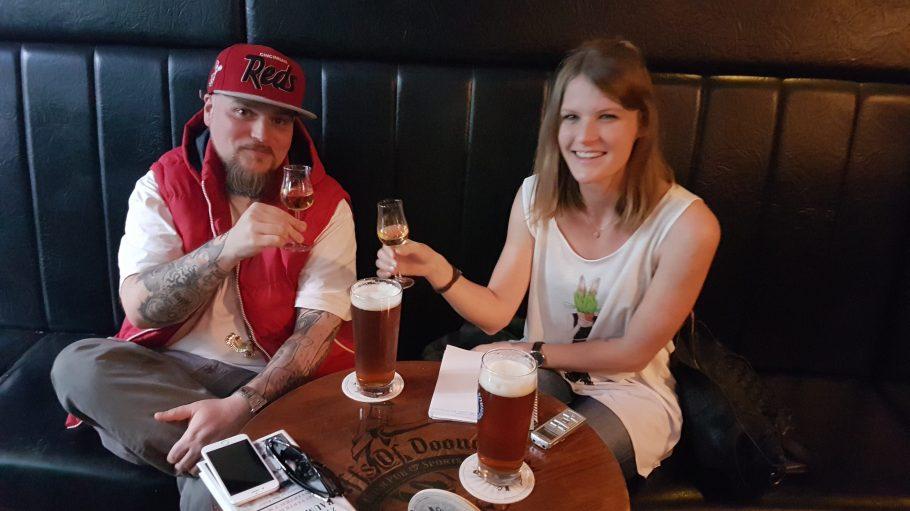 """Gemeinsames Whisky-Tasting beim Interview mit Fabian Blume von der Partei """"Die Urbane""""."""