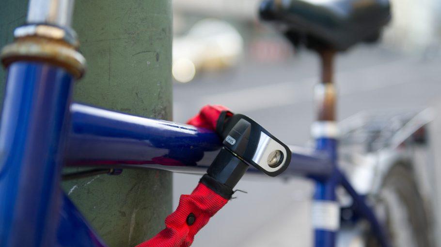 Wohin nur mit dem Fahrrad? Ein Laternenpfahl ist oftmals die günstigste Abstellvariante. Aber ist sie auch rechtens?