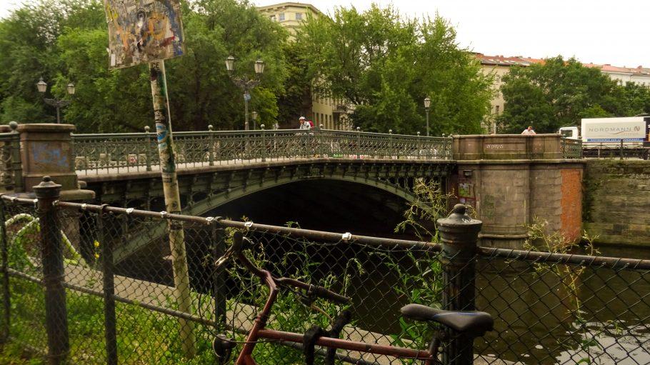 Die Admiralbrücke in Kreuzberg steht unter Denkmalschutz und ist zu einem beliebten Treffpunkt für das Partyvolk geworden.