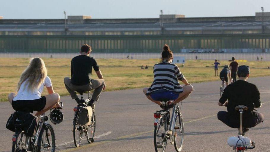Das Fahrrad-Yoga begeistert immer mehr Menschen in Berlin, zum Beispiel auf dem Tempelhofer Feld.