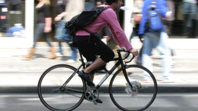 Berlins Fahrradfahrer bannen sich selbstbewusst ihren Weg durch den Hauptstadt-Dschungel.