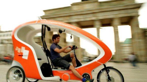Rikschafahrer in Berlin legen im Schnitt rund 50 Kilometer am Tag mit ihrem Fahrradtaxi zurück. Eine gute Kondition ist bei diesem Fortbewegungsmittel durchaus von Vorteil - vorausgesetzt, man muss die Rikscha selbst steuern.