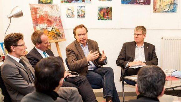 Reiner Wild argumentiert gestenreich für die Belange der Mieter. Links im Bild drei betroffene Zuhörer, drei Spandauer Mieter.