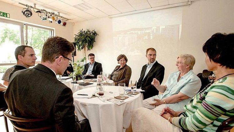 Die Teilnehmer des ersten Fair-Miet-Salons lauschen den Worten einer Berlinovo-Mieterin.