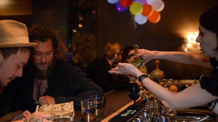 """""""Mein Herr, du hast drei Pünsche frei!"""", sprach Rotkäppchen und brachte Cocktails und Wasser. So schön trinkt es sich in der Fairytale Bar am Volkspark Friedrichshain."""