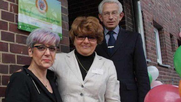 Bezirksbürgermeister Norbert Kopp, Mitra-Geschäftsführerin Marina Burd und die Jugendamtsleiterin a.D. Ilka Biermann bei der Eröffnung des Familienzentrums.
