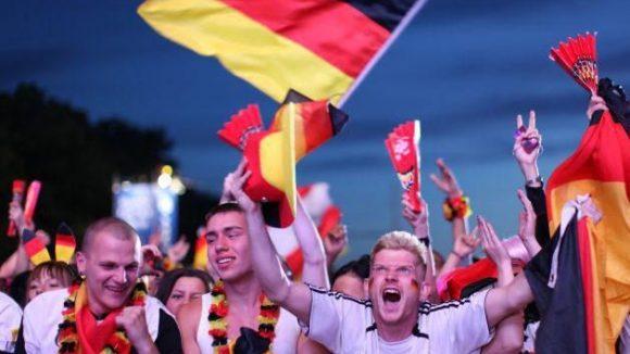 Enthemmter Jubel auf der Berliner Fanmeile nach dem deutschen Halbfinal-Einzug.