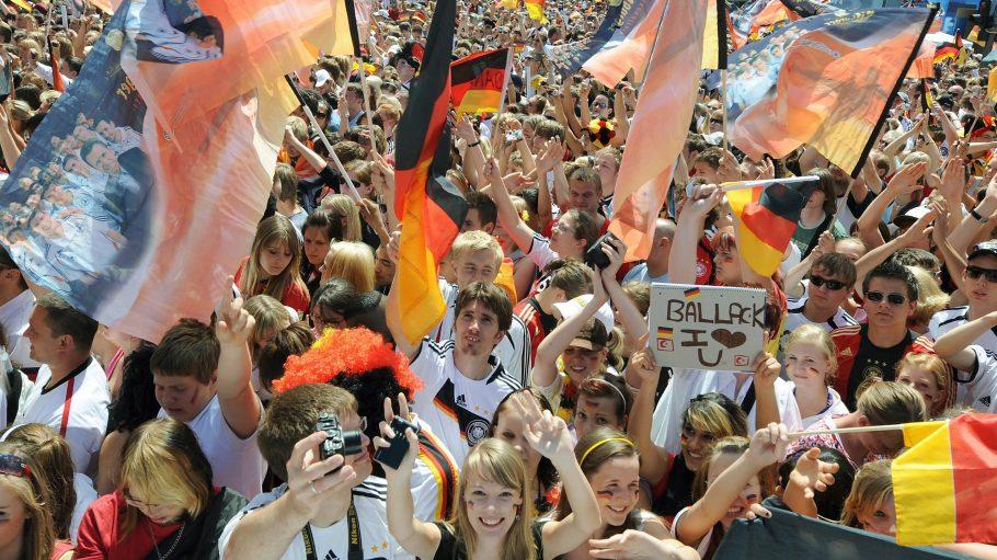 Feierstimmung auf der Straße des 17. Juni zwischen Brandenburger Tor und Siegessäule. Dort wird mmer häufiger Party gemacht wie hier zur Fußball-EM 2008.