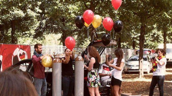 Luftballons als Trost für die kleinen und großen Fans.