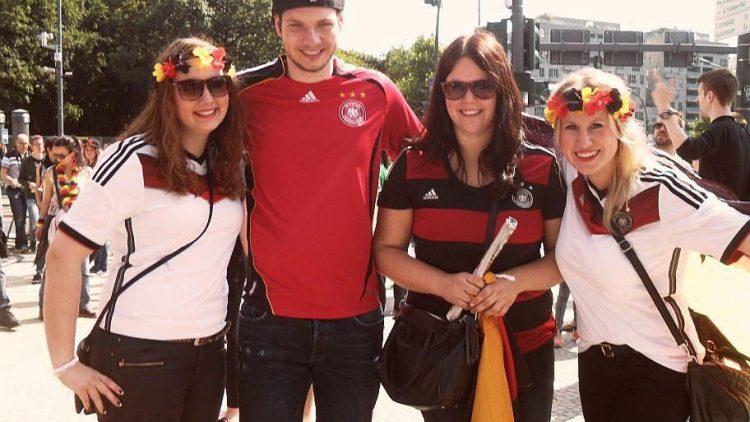 Mareike, Joachim, Anne und Theresa sind extra auch Vechta angereist. Ein Urlaubstag muss für die WM-Feier in Berlin dran glauben.