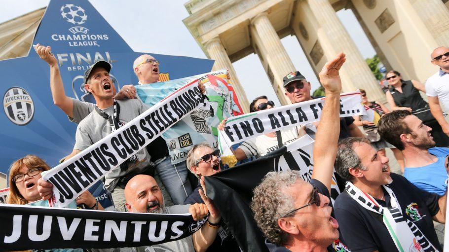 Fans von Juventus Turin posieren am 06.06.2015 vor dem Champions League Finale am Brandenburger Tor in Berlin.