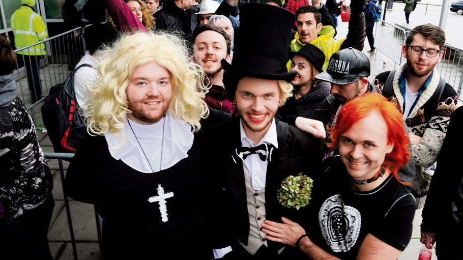 Fans warten vor dem Madonna-Konzert: Kristofer aus Liverpool, Smuli und Niilo aus Helsinki (v.l.n.r.)