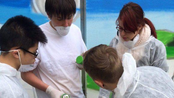 Die Schüler bei der Farbausgabe.