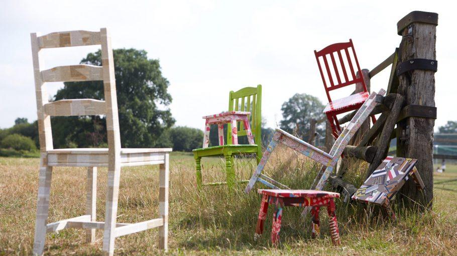 Farbenfroh und bunt sind die Möbel, nachdem Karolin Leyendecker sie verschönert hat.