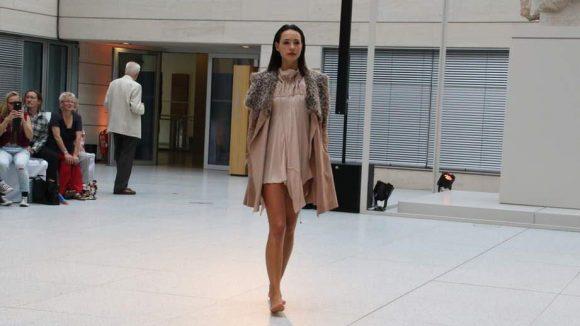 Die Modemacher der Zukunft können aber nicht nur verrückt. Präsentiert wurden auch gemäßigtere Entwürfe ...