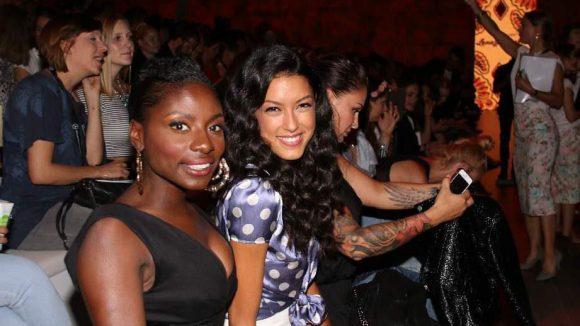 """Hoschek war mit ihrer Show im """"Zelt"""", der 'Zentrale' der Fashion Week. Unter den Gästen waren Tänzerin Nikeata Thompson (l.) und Model Rebecca Mir ..."""