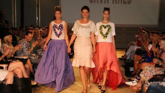 Die Düsseldorfer Modemacherin Sava Nald (M.) veranstaltete im Hotel Adlon eine Fashion Show im Zeichen der Aussöhnung zwischen Russland und der Ukraine. Die meisten der Models kamen aus den beiden Ländern.