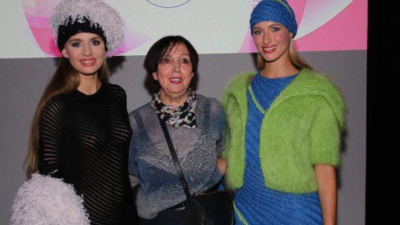 Nicht eben alltäglich sind Fashion Shows von Claudia Skoda in Berlin. Hier ist die Designerin beim Showfloor in der Heeresbäckerei zwischen ihren Models Melina (l.) und Luise zu sehen.