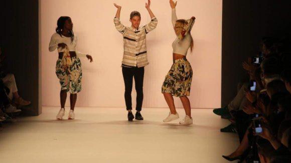 Barre Noire-Designer Timm Süßbrich legte bei seiner Show zusammen mit den Tänzerinnen Nikeata Thompson (l.) und Jazzmin Marschall eine heiße Sohle auf den Catwalk.