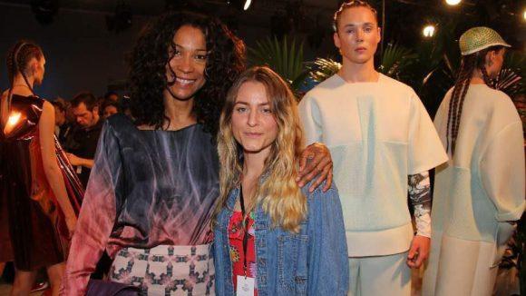 Die sympathische Berliner Designerin Franziska Michael (rechts) mit Model und Moderatorin Annabelle Mandeng.