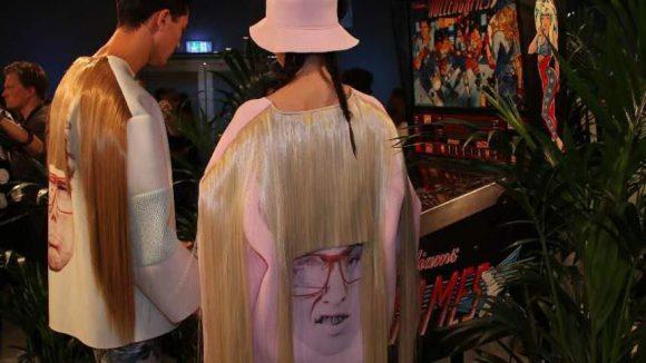 Dabei ergaben sich kuriose Ansichten: Zwei Models am Spielautomaten.