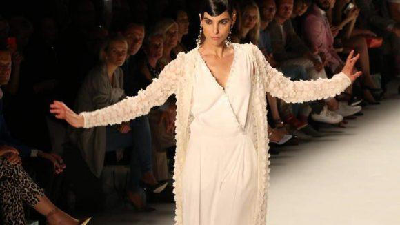 Wie üblich wurde die Modenschau von Kretschmers Muse Zoe eröffnet.